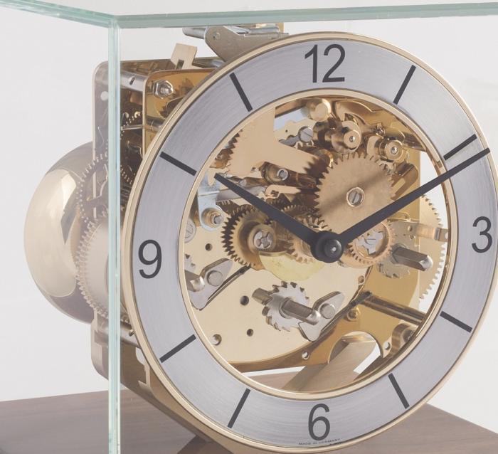 hermle 23052 030340 tischuhr nussbaum mechanisches 8 tage uhrwerk westminster auf glocke. Black Bedroom Furniture Sets. Home Design Ideas